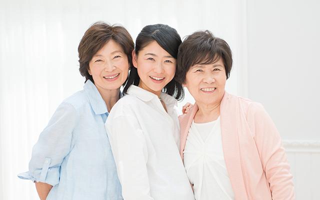 様々な年代の女性3人